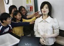 """<p>La maestra """"Saya"""" assieme ai suoi alunni della scuola elementare di Tokyo. REUTERS/Issei Kato</p>"""