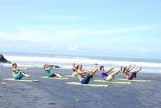 <p>Yogaworks retreat on the beach at Bali, 2009. REUTERS/YogaWorks</p>