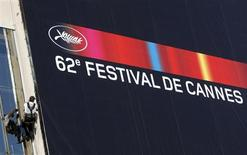 <p>A worker sets up a canvas of the official poster of the 62st Cannes Film Festival May 11, 2009. REUTERS/Eric Gaillard</p>
