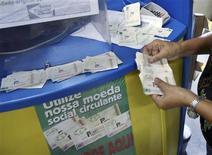 <p>Small business owner Moeme Alves de Souza receives a loan of 100 palmas at the Banco Palmas in the Palmeiras slum in Fortaleza April 23, 2009. REUTERS/Stuard Grudgings</p>