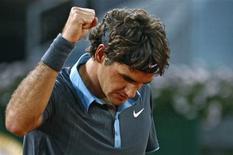 <p>Suíço Roger Federer celebra vitória sobre o sueco Robin Soderling na segunda rodada do Masters de Madri. REUTERS/Juan Medina</p>