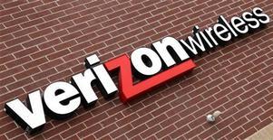 <p>Un'insegna di Verizon Wireless presso un negozio della società negli Stati Uniti. REUTERS/Rick Wilking (UNITED STATES BUSINESS)</p>