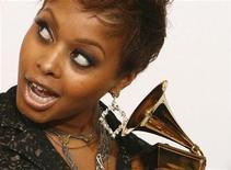 """<p>La cantante Chrisette Michele posa con su premio Grammy luego de ganar en la categoría Mejor Interpretación Urbano/Alternativo por su canción """"Be OK"""" en Los Angeles, 8 feb 2009. La cantante de R&B Chrisette Michele alcanzó la cima de la lista estadounidense de álbumes pop por primera vez el miércoles, pero marcó la recaudación más baja para un disco que debuta en el primer lugar en los 18 años de historia del seguidor de la industria Nielsen SoundScan. REUTERS/Mario Anzuoni</p>"""