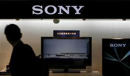 <p>Un hombre camina cerca de la sede de Sony en Tokio, 14 mayo 2009. El fabricante japonés de articulos electrónicos Sony Corp vaticinó el jueves que tendrá otro año consecutivo con pérdidas, ya que la recesión global seguirá golpeando la demanda por sus productos, pero anunció una serie de medidas drásticas para reducir aún más sus costos. REUTERS/Kim Kyung-Hoon</p>