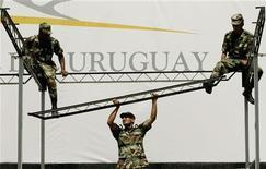 <p>Soldati uruguayani a Montevideo. REUTERS/Enrique Marcarian RR</p>