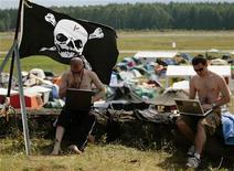 <p>Immagine d'archivio di due partecipanti a un raduno di hacker nel 2007 in Germania. REUTERS/Hannibal Hanschke (GERMANY)</p>