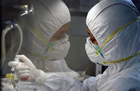 A Thai scientist isolates influenza virus cells while doing tests at the World Health Organisation (WHO) National Influenza Centre in Bangkok October 21, 2005. REUTERS/Adrees Latif