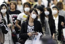 <p>Люди в масках на оживленной улице Кобэ 17 мая 2009 года. Число подтвержденных случаев заболевания новой разновидностью гриппа А/H1N1 выросло до 8.451, включая 72 летальных исхода, сообщила в субботу Всемирная организация здравоохранения (ВОЗ). REUTERS/Kyodo</p>