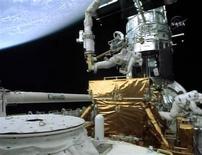 <p>Astronauta Michael Good trabalhando no Telescópio Espacial Hubble. 17/05/2009. REUTERS/TV DA NASA</p>