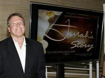 """<p>El actor Ryan O'Neal, pareja de Farrah Fawcett, a su llegada al estreno del documental """"Farrah's Story"""" en Beverly Hills, EEUU, 13 mayo 2009. Farrah Fawcett se emocionó mientras veía un documental para televisión acerca de su derrota frente al cáncer, pero todavía tuvo el ingenio para bromear acerca de la industria del espectáculo, de acuerdo a sus amigos más cercanos. REUTERS/Danny Moloshok</p>"""