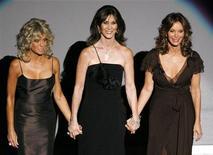 <p>Le 'Charlie's Angels', ovvero le attrici Farrah Fawcett (s), Kate Jackson e Jaclyn Smith, durante una cerimonia per il produttore Aaron Spelling ai Prime time Emmy Awards a Los Angeles il 27 agosto 2006. REUTERS/Mike Blake</p>