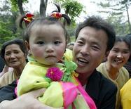 <p>Корейская семья празднует 1 мая в Пхеньяне 1 мая 2004 года. Когда менеджеру по продажам Дэвиду Мартину нужна дополнительная помощь для его небольшой фирмы в Мичигане, он обращается к родственникам своих сотрудников. REUTERS/Lee Jae-Won</p>