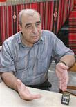 <p>Foto de archivo del escritor sirio Michel Kilo en Damasco, nov 2005. Autoridades sirias liberaron el viernes al reconocido escritor Michel Kilo de la cárcel luego de que completara su sentencia de tres años por crímenes políticos vinculados a sus pedidos para recomponer las relaciones con la vecina nación Líbano. REUTERS/Khaled al-Hariri/Files (SIRIA)</p>