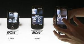 <p>Un empleado muestra los usos de un teléfono móvil de Acer en su lanzamiento en Singapur, 22 abr 2009. La demanda por teléfonos celulares sólo se recuperaría durante el 2010, anticipó el miércoles la firma de investigación Gartner, mientras que datos de Reuters mostraron que el segundo trimestre del 2009 podría ser el peor período histórico para la industria. REUTERS/Vivek Prakash/Archivo</p>