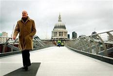 """<p>Foto de archivo en que el arquitecto británico Norman Foester camina sobre el Puente Milenio en el cnetro de Londres, 22 feb 2002. El arquitecto británico Norman Foster fue distinguido el miércoles con el Premio Príncipe de Asturias de las Artes 2009 por conjugar """"la calidad estética, la reflexión intelectual y el diálogo entre territorio y ciudadanía"""", anunció el jurado del galardón. REUTERS/Stephen Hird/Archivo</p>"""