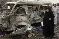 <p>Женщина у места взрыва в Багдаде 21 мая 2009 года. Как минимум 12 человек погибли и 25 получили ранения в результате взрыва, совершенного экстремистом-смертником, на рынке в южном районе Дура иракской столицы, сообщила полиция. REUTERS/Mohammed Ameen</p>