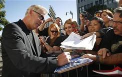 """<p>El actor William Petersen del drama televisivo """"CSI"""" firma autógrafos en Hollywood, 3 feb 2009. La unidad de CBS Corp tuvo tanto al drama (""""CSI"""") como a la comedia (""""Two and a Half Men"""") más vistos, y su promedio general de audiencia creció un 11 por ciento, a 11,76 millones en la temporada 2008-2009. CBS ha liderado el mercado seis veces en los últimos siete años. REUTERS/Jason Redmond/Archivo</p>"""