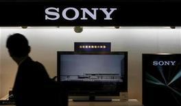 <p>Un hombre camina frente de una exhibición de Sony en Tokio, 14 mayo 2009. Moody's recortó el miércoles la calificación a largo plazo de la tecnológica japonesa Sony Corp y la dejó en panorama negativo por un crecimiento en desaceleración, bajas en los precios y un sólido yen. REUTERS/Kim Kyung-Hoon</p>