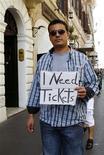 """<p>Мужчина держит плакат с просьбой продать ему билеты на финальный матч Лиги чемпионов в Риме 26 мая 2009 года.Финалист Лиги чемпионов УЕФА """"Манчестер Юнайтед"""" жаждет победы в четвертом турнире за сезон, в то время как оппонент манкунианцев - """"Барселона"""" - может выиграть третий трофей в этом году. REUTERS/Remo Casilli</p>"""