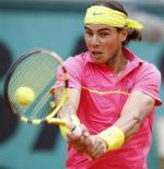 <p>Tenista espanhol Rafael Nadal em jogo contra Teimuraz Gabashvili em Paris. 27/05/2009. REUTERS/Bogdan Cristel</p>
