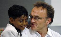 """<p>El director británico, Danny Boyle, habla con Azharuddin Ismail durante una conferenica de prensa en Mumbai, 27 mayo 2009. Días después de que los creadores de """"Slumdog Millionaire"""" dijeran que compraron un apartamento para uno de los dos actores infantiles que protagonizan la película, cuyas casas fueron destruidas, el ministro jefe del estado anunció la asignación de viviendas para ambos. REUTERS/Punit Paranjpe</p>"""