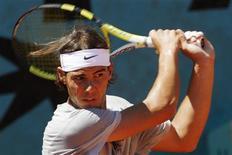 <p>O tenista número um do mundo, Rafael Nadal, derrotou na sexta-feira o australiano Lleyton Hewitt em três sets e avançou para as oitavas-de-final do Aberto da França, assim como o chileno Fernando González e o britânico Andy Murray. REUTERS/Andrew Winning (FRANCE SPORT TENNIS)</p>