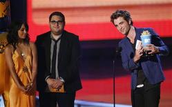 """<p>Robert Pattinson (R) holds his Breakthrough Performance Male award for his role in """"Twilight"""" as presenters Vanessa Hudgens (L) and Jonah Hill stand onstage at the 2009 MTV Movie Awards in Los Angeles May 31, 2009. Pattinson had earlier won Best Fight, also for """"Twilight."""" REUTERS/Mario Anzuoni</p>"""