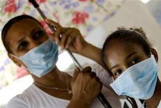 <p>Люди в масках в больнице в Санто-Доминго 29 мая 2009 года. Число лабораторно подтвержденных случаев вируса гриппа А/H1N1 Калифорния на 31 мая превысило 16.585, из них 103 - с летальным исходом, сообщается в записке Роспотребнадзора. REUTERS/ Eduardo Munoz</p>