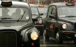 <p>Такси на улицах Лондона 23 августа 2006 года. Водители такси - самые ворчливые, а секретари - самые счастливые работники Британии, свидетельствуют данные исследования, в котором приняли участие 4.000 представителей различных профессий. REUTERS/Luke MacGregor</p>