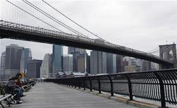 """<p>Una pareja sentada debajo del Puente de Brooklyn en Nueva York, 21 mayo 2008. Los visitantes a la Gran Manzana podrán ver algunos de los lugares que han salido en películas con un servicio gratuito de """"podcasts"""" que acaba de presentar la ciudad. La primera ruta irá desde el distrito de Tribeca hasta el ayuntamiento, e incluirá el Puente de Brooklyn y Foley Square, que habitualmente sale en series como """"La ley y el orden"""". REUTERS/Lucas Jackson/Archivo</p>"""