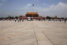 <p>Un vehículo policial estacionado en la Plaza Tiananmen en Pekín, 1 jun 2009. China bloqueó el martes por la tarde el acceso a la popular red social Twitter y el servicio de correo electrónico Hotmail, dos días antes del 20 aniversario de la sangrienta represión en la Plaza Tiananmen. REUTERS/David Gray</p>
