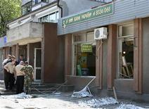 <p>Следователи осматривают место взрыва в банке в Мелитополе 2 июня 2009 года. Украинские правоохранители задержали главного подозреваемого в организации взрывов с целью ограбления в отделении государственного сберегательного Ощадбанка в Мелитополе (Запорожская область), в результате которых накануне получили ранения два десятка человек, сообщил на брифинге первый вице-премьер Александр Турчинов. REUTERS/Sergei Krylov</p>