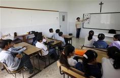 <p>Immagine d'archivio di studenti a lezione. To match feature ISRAEL-PALESTINIANS/FENCE REUTERS/Ammar Awad (WEST BANK POLITICS CONFLICT EDUCATION RELIGION)</p>