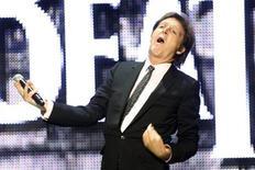 """<p>Foto de archivo de Paul McCartney de The Beatles durante la presentación del videojuego """"The Beatles: Rock Band"""" durante la muestra a la prensa de Microsoft XBox 360 durante la Feria E3 en Los Angeles, 1 jun 2009. Cuarenta años después de que The Beatles realizaron el primer gran concierto en un estadio en la historia del rock, en el Shea de Nueva York, Paul McCartney se presentará el próximo mes en la nueva cancha de béisbol que lo reemplazó. REUTERS/Fred Prouser</p>"""