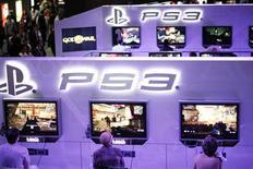 <p>Посетители играют в видлео игры на приставке Sony PlayStation 3 на выставке Е3 в Лос-Анджелесе 2 июня 2009 года. Производители видеоигр не ждут значительного падения доходов в отрасли, годовые продажи которой составляют в год порядка $30 миллиардов, несмотря на постепенно падающую активность потребителей и всемирный экономический спад. REUTERS/Mario Anzuoni</p>
