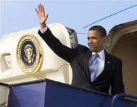 <p>Presidente dos Estados Unidos, Barack Obama, acena antes de partir para o Cairo. 04/06/2009. REUTERS/Larry Downing</p>
