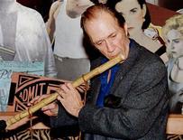 """<p>Foto de archivo del actor David Carradine muestra una flauta que fabricó y usó en la serie """"Kung Fu"""", 29 ene 1998. El actor estadounidense David Carradine, quien interpretó a un monje vagabundo en la exitosa serie de televisión """"Kung Fu"""", fue hallado ahorcado en su habitación en un hotel de Bangkok, dijo el jueves la policía tailandesa. REUTERS/Rose Prouser/Archivo</p>"""