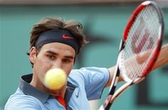 <p>Roger Federer durante partida na semifinal em Roland Garros na sexta-feira disse estar cauteloso antes da final no domingo. REUTERS/Vincent Kessler</p>