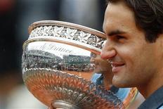 <p>Suíço Roger Federer com troféu de Roland Garros, conquistado neste domingo após derrotar o sueco Robin Soderling. REUTERS/Regis Duvignau</p>