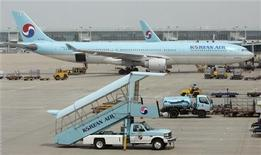 <p>Immagine d'archivio di un aereo all'Incheon International Airport. REUTERS/Jo Yong-Hak (SOUTH KOREA TRANSPORT SOCIETY BUSINESS)</p>