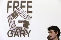 """<p>Foto de archivo del hacker británico Gary McKinnon luego de participar en una conferencia de prensa en Londres, 15 ene 2009. Un experto británico en computación buscado por Estados Unidos por """"la mayor incursión informática ilegal militar de todos los tiempos"""" comenzará el martes su intento final por evitar la extradición al país norteamericano. REUTERS/Toby Melville/Archivo</p>"""