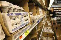 <p>A shopper browses the eggs section at a Wal-Mart store in Santa Clarita, California April 1, 2008. REUTERS/Mario Anzuoni</p>