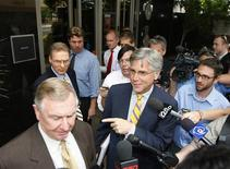 <p>Phoenix Coyotes owner Jerry Moyes (L) walks out of the Federal Bankruptcy Court with his spokesman Steve Roman (C) after full day deliberations in Phoenix, Arizona June 9, 2009. REUTERS/Rick Scuteri</p>