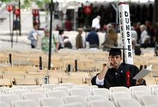 <p>A graduating student waits for the start of Harvard University's 358th Commencement Exercises in Cambridge, Massachusetts, June 4, 2009. REUTERS/Brian Snyder</p>