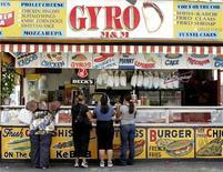 <p>Люди стоят в очереди за хот-догами в Нью-Йорке 6 августа 2008 года. Во время экономического кризиса работники тратят поощрительные бонусы на одежду, продукты и прочие необходимые вещи, вместо того, чтобы спустить их на отдых или предметы роскоши. REUTERS/Shannon Stapleton</p>