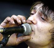 <p>Foto de archivo del cantante británico Pete Doherty de Babyshambles en una presentación en Budapest, Hungría, 17 abr 2008. El roquero británico Pete Doherty fue arrestado bajo sospecha de conducir ebrio y por posesión de drogas, señalaron el jueves fuentes de la policía de Gloucestershire. REUTERS/Karoly Arvai/Archivo</p>