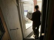 <p>Matt Bording carries a packed box from his foreclosed home in Richmond, California June 8, 2009. REUTERS/Robert Galbraith</p>
