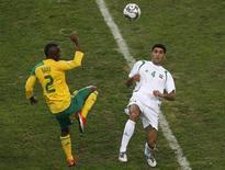<p>Siboniso Gaxa, da África do Sul, e Fareed Majeed, do Iraque, durante jogo da Copa das Confederações em Johanesburgo. 14/06/2009. REUTERS/Mike Hutchings</p>