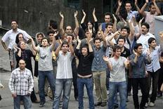 <p>Люди выражают несогласия с результатами президентских выборов в Тегеране 14 июня 2009 года. Министерство внутренних дел Ирана объявило вне закона многотысячный митинг, организованный сторонниками лидера оппозиции Мирхоссейна Мусави с целью опротестовать результаты прошедших в пятницу президентских выборов. REUTERS/Stringerr</p>