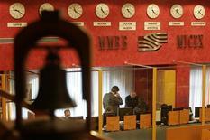 <p>Вид на зал ММВБ в Москве 13 ноября 2008 года. Рынок акций РФ падает в понедельник вслед за бумагами ведущих сырьевых компаний и Сбербанка, отыгрывая снижение цен на нефть и зарубежных фондовых индексов после долгих выходных. REUTERS/Alexander Natruskin</p>